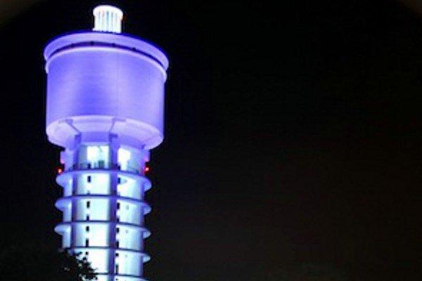 Bellušov vodojem svieti v noci na modro.