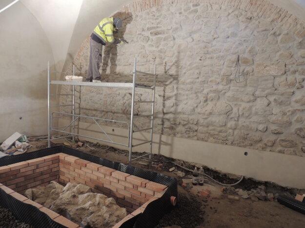 V priestoroch budúcej kaviarne bol pri archeologickom výskume nájdený základ budovy, ktorá na tomto mieste stála ešte pred postavením samotného kaštieľa.