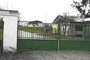 Brána futbalového štadióna zostava zavretá, tak ako všetky na Slovensku. Kedy sa na ihrisko budú môcť hráči vrátiť, sa ešte nikto neodváži presne predpovedať. Spolu pôsobí vSlovane Levice až 241 hráčov.