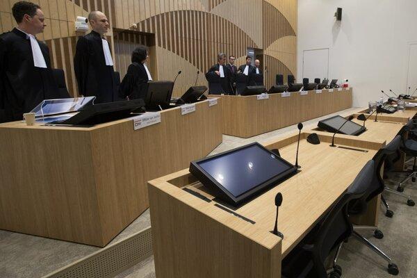 Holandský súd v neprítomnosti súdi štyroch podozrivých: trojicu ruských občanov: Igora Girkina, Sergeja Dubinského a Olega Pulatova, ako aj občana Ukrajiny Leonida Charčenka.
