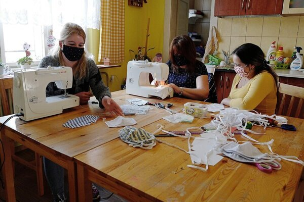 Ženy šijú rúška už niekoľko dní.