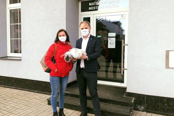Anna Tóth Gašincová priniesla primátorovi Mariánovi Mihaldovi ďalšiu várku rúšok.