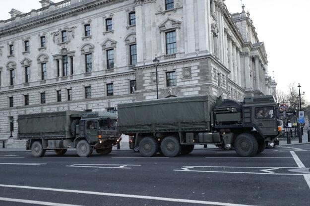 Nákladné autá britskej armády stoja na semaforoch na námestí Parliament Square v Londýne.