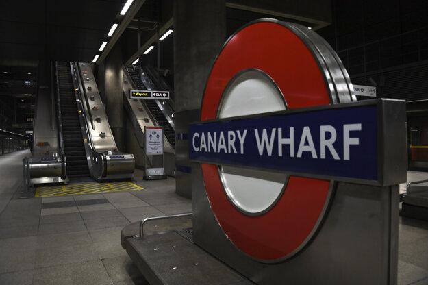 Prázdna stanica metra Canary Wharf v Londýne.