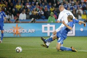 Róbert Vittek strieľa druhý gól.
