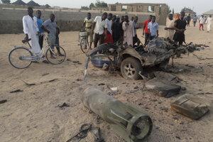 Ľudia sa zhromažďujú na mieste útoku v nigérijskom meste Maiduguri.