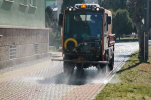 Dezinfekcia ulíc prebieha v meste trikrát do týždňa.
