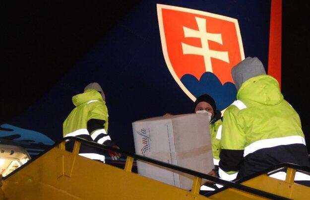 Na Slovensko v noci dorazil vládny špeciál so 100 000 kusmi respirátorov FFP3.