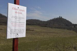 Tabuľka zakazujúca vstup do lesov pri obci Slanec.