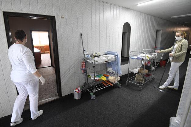 Upratovanie a dezinfekcia priestorov.