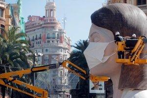 Valencijčania nestrácajú zmysel pre humor - po oficiálnom zrušení tohtoročného festivalu pre koronavírus dodatočne nasadzujú hlavnej atrakcii festivalu, gigantickej soche ženy praktizujúcej jógu,  rúško.