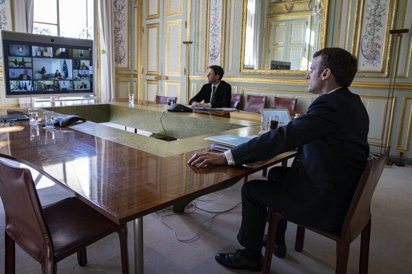 Francúzsky prezident Emmanuel Macron počas videosummitu lídrov.