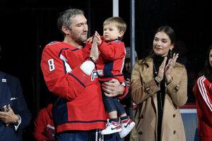 Alexander Ovečkin oslavuje so synom Sergejom a manželkou Nasťou 700. gól v NHL.