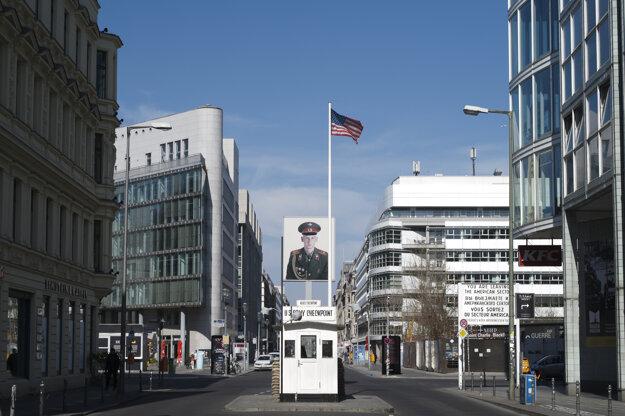Vyľudnená bývalá trieda Checkpoint Charlie v Berlíne.