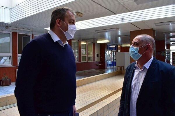 Riaditeľ považskobystrickej nemocnice Igor Steiner (vpravo) s predsedom Trenčianskeho samosprávneho kraja Jaroslavom Baškom počas kontroly nemocničného filtra.