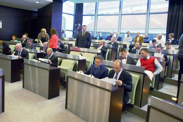 Zastupiteľstvo rokovalo takmer deväť hodín.
