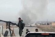 Kurdskí bojovníci hliadkujú pri meste Shaddadeh, v sýrskej provincii Hasaka.