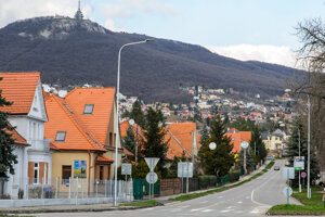 Prázdna cesta v smere zo Zobora do centra mesta Nitra.