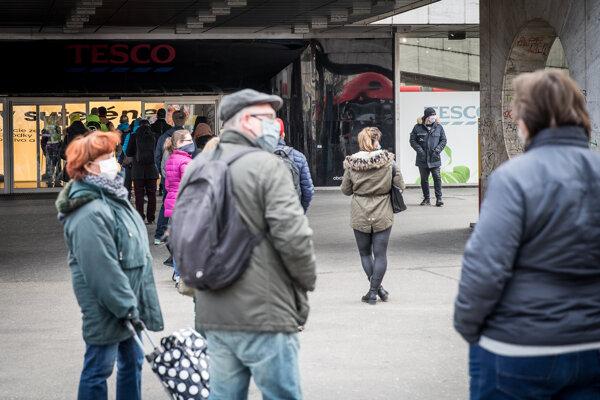 Fronty pred obchodmi spôsobuje obmedzenie počtu nakupujúcich v jedneh prevádzke podľa metrov štvorcových.