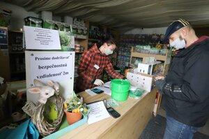 Bezpečnostné upozornenie v predajni záhradníctva vo Zvolene.