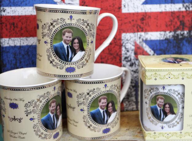 Svadobné hrnčeky s obrázkom britského princa Harryho a Meghan Markleovej.