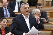 Maďarský premiér Viktor Orbán reaguje na nezávislého poslanca počas Hodiny otázok v parlamente v Budapešti v pondelok 30. marca 2020.