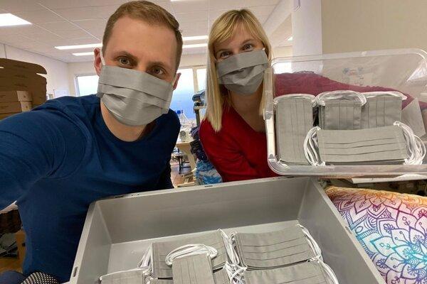 Lenka Cenigová aJuraj Fehervari snachystanou dodávkou rúšok pre žilinskú nemocnicu.