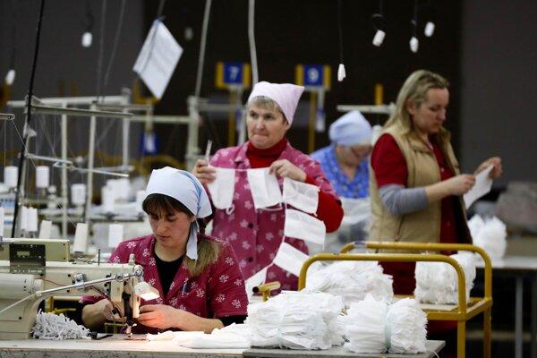 Zamestnanci štátneho podniku Blakit šijú rúška v meste Baranovichi 17. marca 2020.