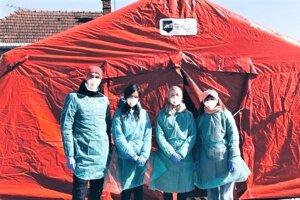 Martinskí medici pred záchytným stanom Univerzitnej nemocnice Martin.