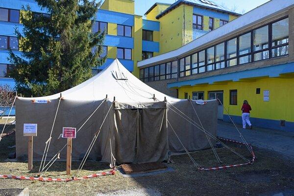 Vojenský stan pred nemocnicou slúži ako triáž na ochranu pacientov a zdravotníckeho personálu.