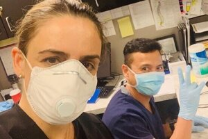 Sylvia s kolegom ešte v práci.