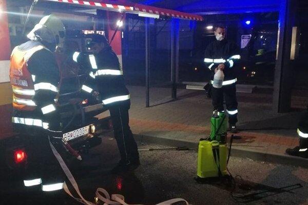 Detvianski dobrovoľní hasiči dezinfikujú zastávky.