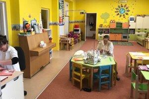Priestory materskej školy v Lipovci sa dočasne zmenili na krajčírsku dielňu.