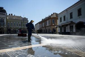 Dezinfekčné práce v maďarskom meste Jáger.