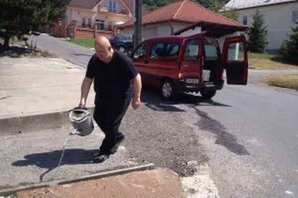 Do opráv chodníka sa zapojil aj starosta.