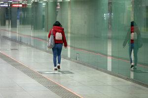 Žena v metre na Karlsplatz vo Viedni.