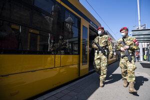 V uliciach Budapešti hliadkujú ozbrojení vojaci.