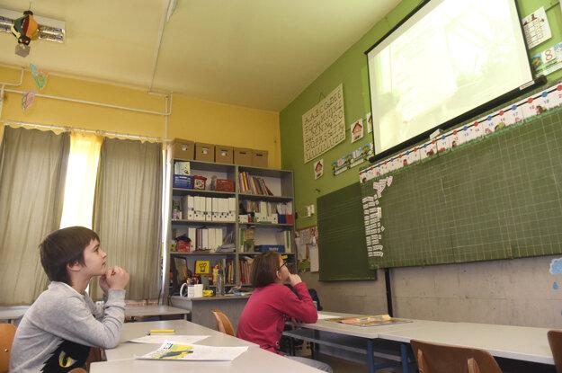 Počas koronavírusovej pandémie škola poskytuje dennú starostlivosť o malé skupiny žiakov, ktorých rodičia pracujú alebo nemôžu zostať doma z iných príčin.