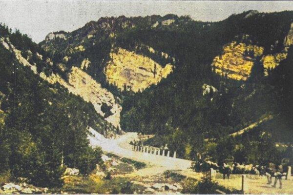 Ukážka terénu, v ktorom sa cesta stavala.