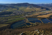 Brzotínska skala na severnom okraji Silickej planiny v NP Slovenský kras nad obcou Brzotín v okrese Rožňava umožňuje pohľady do Rožňavskej kotliny ležiacej medzi Slovenským krasom, masívom vrchu Turecká (Revúcka vrchovina) a Volovskými vrchmi podcelkami Slovenského rudohoria. Pri priaznivej viditeľnosti vidieť aj Kráľovu hoľu (Nízke Tatry) a špičku štítu Kriváň (Vysoké Tatry).