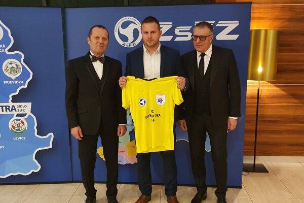 Zľava: predseda ZsFZ Ladislav Gádoši, Martin Drobec a prezident SFZ Ján Kováčik.
