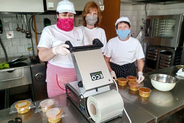 Obedy v Blatnici balia pomocou špeciálneho prístroja.