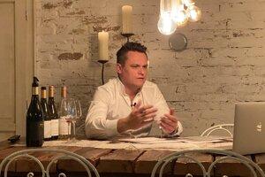 Rastislav Demeš, spolumajiteľ vinárstva Tajna, počas online degustácie.