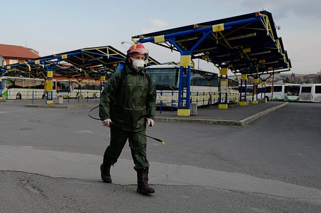 Člen Dobrovoľného hasičského zboru v Kežmarku dezinfikuje špeciálnym prípravkom priestory na autobusovej stanici v Kežmarku.
