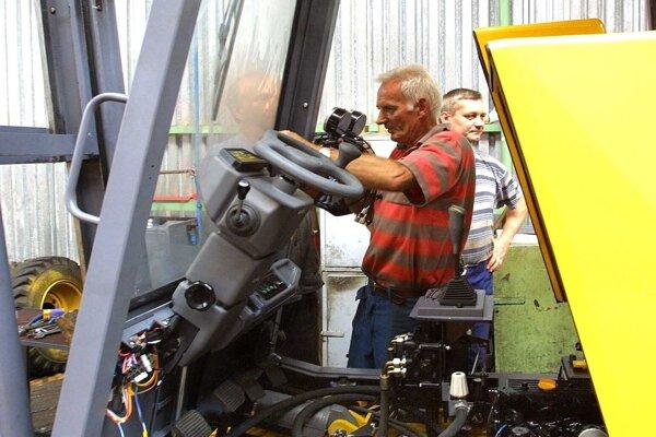 Zamestnancom podpolianskych strojární pomôže vláda.