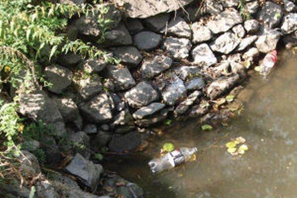 Ešte aj po vyčistení bolo na hladine rybníkov vidieť plastové aj sklené fľaše.
