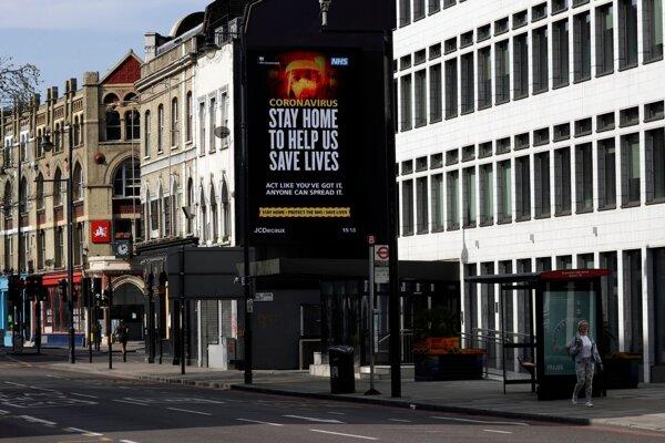 Nápis na digitálnom billboarde ľudí upozorňuje, aby zostali doma. Londýn, 7. apríl 2020.