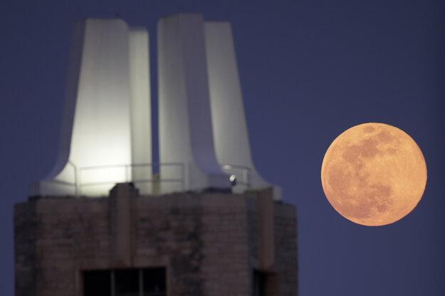 Supermesiac na oblohe za zvonicou Univerzity Kansasu v americkom meste Lawrence.