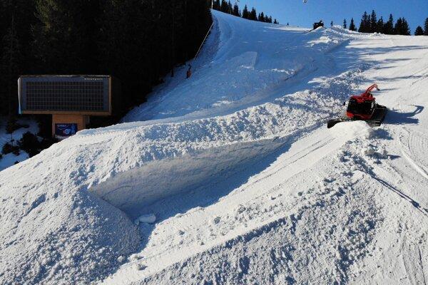 Obrovskú kopu snehu nahrnuli na jedno miesto štyria chlapi.