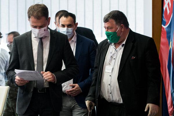 Premiér Matovič kontroluje čísla pred tlačovkou.